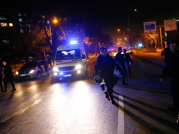 Policiais e ambulâncias chegam a local de explosão em Ancara, na Turquia (Foto: REUTERS/Umit Bektas)