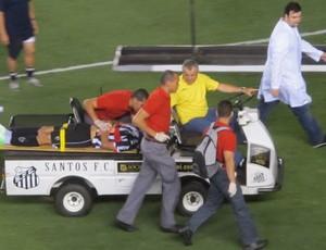 Rafael Marques saindo de maca da Vila Belmiro (Foto: Marcelo Hazan / Globoesporte.com)