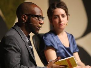 O escritor americano-nigeriano Teju Cole e autor argentino-brasileira Paloma Vidal discutiram a sensação de estar 'deslocado' em grandes cidades