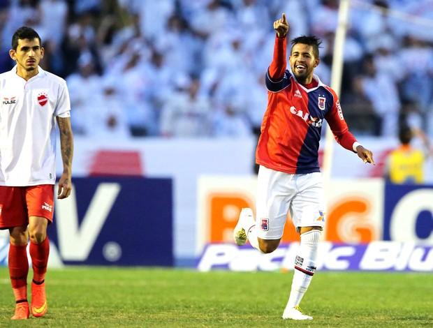 Arthur comemora gol do Parana contra o Villa Nova (Foto: Heuler Andrey / Agência estado)