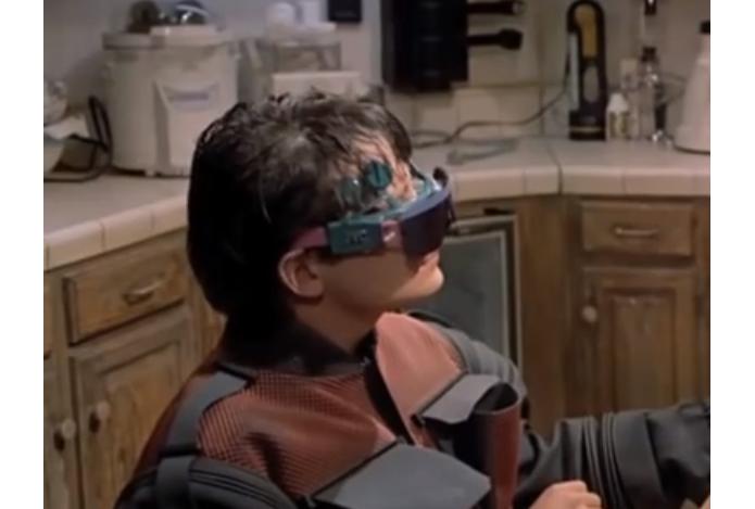 Projeto da Apple de 2008 lembra óculos usados no filme De Volta Para o Futuro 2 (Foto: Reprodução/Movieclips) (Foto: Projeto da Apple de 2008 lembra óculos usados no filme De Volta Para o Futuro 2 (Foto: Reprodução/Movieclips))