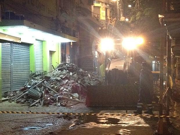 Equipes dos bombeiros e da Defesa Civil isolaram a área do desabamento (Foto: Guilherme Peixoto/TV Globo)