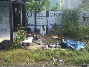 Moradores de rua estavam dormindo em um estande abandonado, na Praia do Morro (Foto: Eliana Gorritti/ G1 ES)