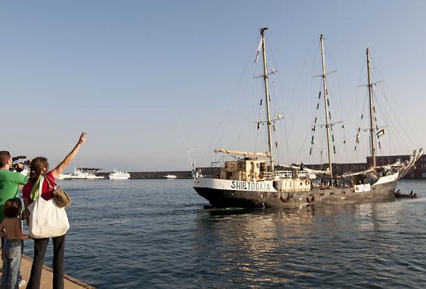 Veleiro Estelle parte de Nápoles, na Itália, com destino a Gaza (Foto: AFP)