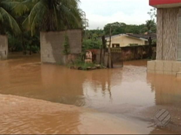 Igarapé transborda durante forte chuva e alagada ruas em Tucuruí (Foto: Reprodução/TV Liberal)