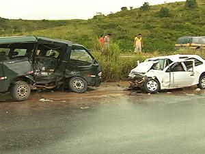 Acidente pode ter acontecido quando um dos veículos desviava de uma poça de água. (Foto: Reprodução/ TV Asa Branca)