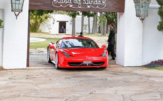 Ferrari é apreendida na Casa da Dinda na Operação Lava Jato (Foto: Pedro Ladeira/Folhapress)