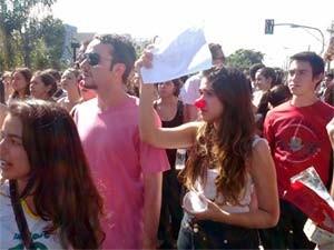 Estudantes protestam na porta da UFU pelo cancelamento do vestibular (Foto: G1/G1)