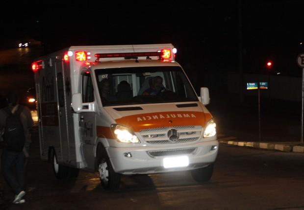 Ambulância de Luciano Huck e Angélica chega a hospital em São Paulo (Foto: Celso Tavares/ EGO)