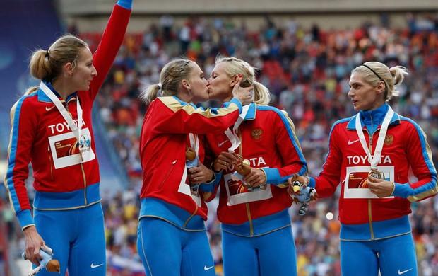 russias beijo Tatyana Firova Yulia Gushchina Kseniya Ryzhova e Antonina Krivoshapka revezamento 4x400m mundial de atletismo (Foto: Agência Reuters)