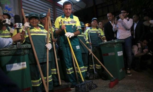 O prefeito eleito João Doria (PSDB) começa o primeiro dia de trabalho varrendo a rua e vestido de gari