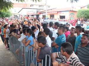 Moradores pediram justiça durante virgília em frente à delegacia (Foto: Catarina Costa/G1)