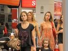 Luiza Valdetaro passeia no shopping com a filha, Maria Luiza