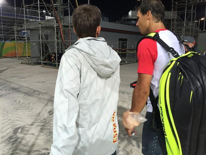 Rafael Nadal sai com bolsa de gelo no punho esquerdo (Foto: Thiago Quintella)