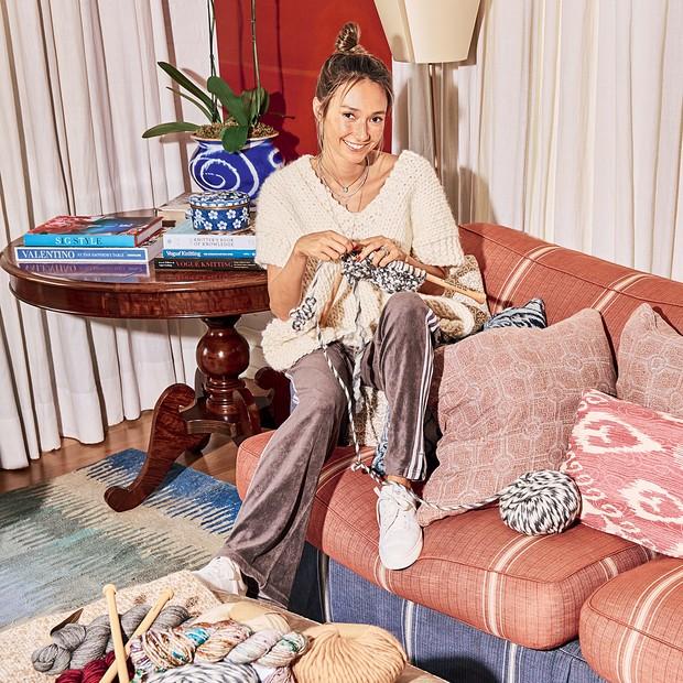 Patricia Bagattini no sofá de sua casa, em São Paulo, seu lugar favorito para tricotar Styling: Vinicius Conti (Foto: Higor Bastos e Divulgação  )