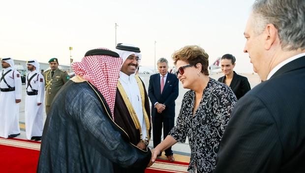A presidente Dilma Rousseff durante a chegada a Doha (Catar), nesta terça (11), onde terá encontro com o emir, Tamim bin Hamad Al Than, nesta quarta (12), antes de embarcar para a Austrália para participar da Cúpula do G20 (Foto: Roberto Stuckert Filho/PR)