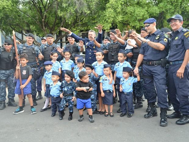 Os filhos dos guardas civis municipais de Boa Vista marcaram presença na I Marcha Azul Marinho  (Foto: Valéria Oliveira/G1)