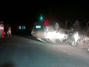 Um dos veículos usados pelos suspeitos durante a fuga capotou em um trecho da BR-232 em Caruaru (Foto: Franklin Portugal/ TV Asa Branca)