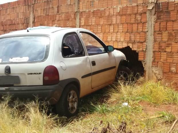 Segundo a polícia, condutor do carro estava sozinho no momento em que foi baleado e bateu o carro (Foto: Gabriela Pavão/G1 MS)