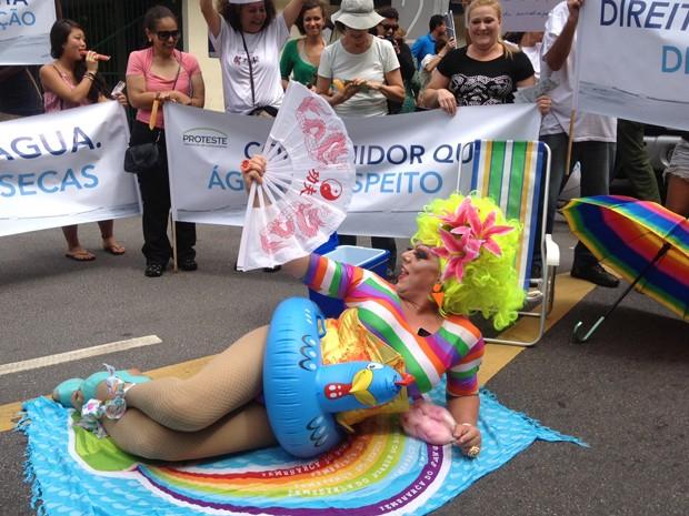 A drag queen ativista Tchaka participou do ato  (Foto: Letícia Macedo/ G1)