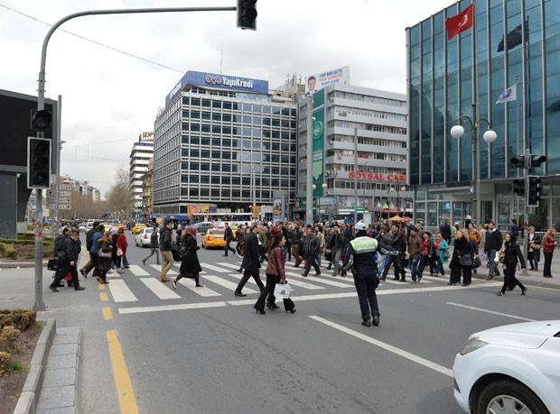 Policial tenta controlar o trânsito durante apagão em Ancara, na Turquia, nesta terça-feira (31) (Foto: STR/AFP)