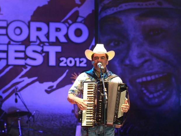 Ton Oliveira anima o público em Guarabira (Foto: Francisco França)