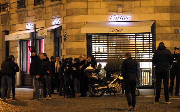 Policiais são vistos em frente a loja da joalheria Cartier que foi assaltada nesta terça-feira (25) em Paris (Foto: Eliot Blondet/AFP)