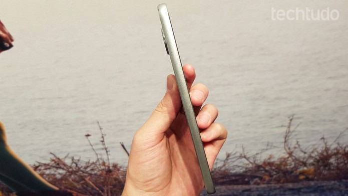 Moto Z Play possui entrada USB-C e suporte às capinhas Moto Snaps (Foto: Thassisu Veloso/TechTudo)