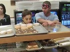 Ariana Grande e o namorado lambem - e não compram! - donut em padaria