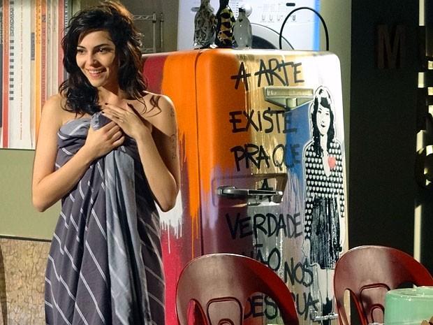 Liara fica nas nuvens com a geladeira customizada (Foto: Cheias de Charme / TV Globo)