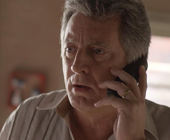 Jorge se assusta com telefonema (Foto: TV Globo)