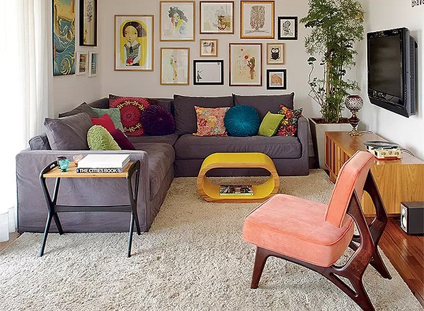 O clima de casa impera no apartamento decorado pela arquiteta Gabriela Marques. A cadeira é réplica da Cimo, fabricante de móveis dos anos 1950 (Foto: Victor Affaro/Casa e Jardim)