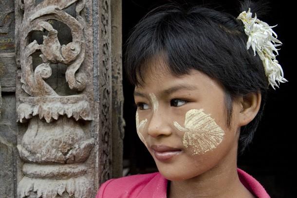 Uma jovem na entrada do monastério Shwe Nan Daw Kyaung em Mandalay leva no rosto a pasta thanaka em forma de folha. (Foto: Haroldo Castro/ÉPOCA)