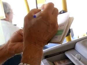 Preenchimento de formulário com dados de idosos tem atrasado as viagens (Foto: Reprodução/Inter TV Cabugi)