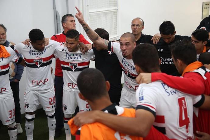 Maicon comanda preleção do São Paulo (Foto: Rubens Chiri/saopaulofc.net)