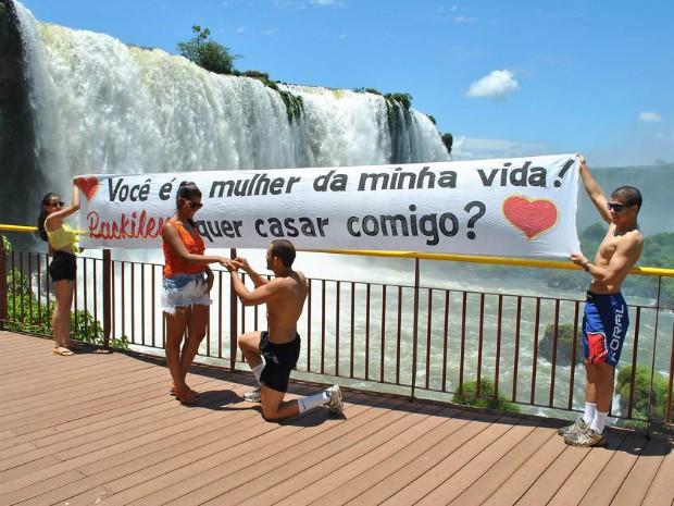 Pedido romântico de casamento foi feito em frente a uma das quedas d'água nas Cataratas do Iguaçu (Foto: Arquivo pessoal)
