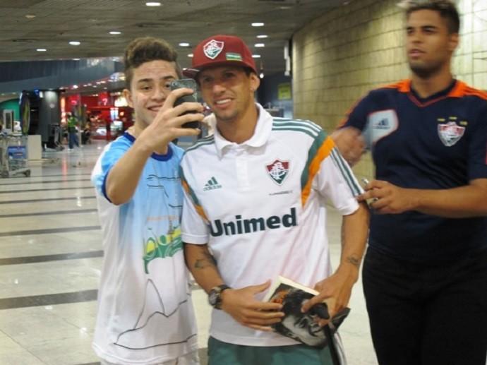 Diguinho Fluminense desembarque Recife (Foto: Hector Werlang)