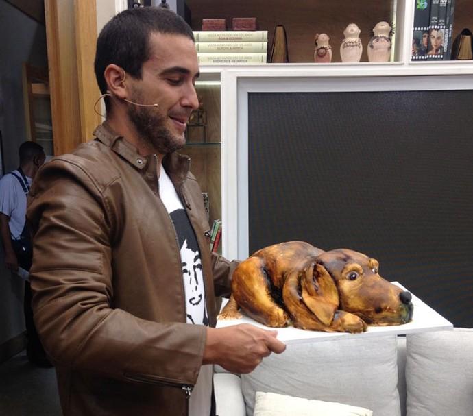 André Marques ganha bolo de aniversário em formato de cachorro (Foto: Carolina Morgado/Gshow)