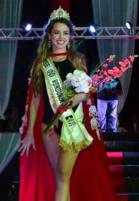 Karliany Barbosa recebeu a coroa de Miss Rondônia Mundo após outra competidora ter sido descoroada no palco (Foto: Facebook/Reprodução)