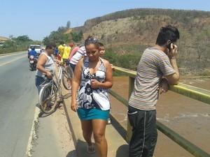 Pessoas se aglomeraram na ponte para ver a elevação do nível do rio (Foto: Wilkson Tarres/G1)
