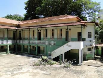 Um dos pátios da escola e trecho do prédio (no canto direito) que foi interditado pela Defesa Civil por correr risco de desabar. (Foto: Cristina Moreno de Castro/G1)