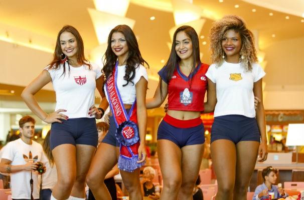 As três primeiras colocadas com a modelo que ajudou a divulgar a promoção  (Foto: Reprodução/TV Gazeta)