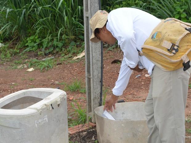 Equipes da Semusa estão trabalhando para visitar todas as casas de Cacoal e eliminar os focos do mosquito  Aedes Aegypti. (Foto: Rogério Aderbal/G1)