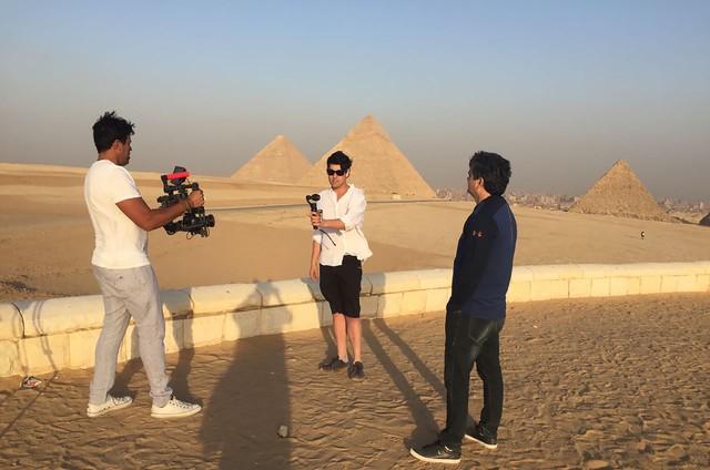 Bruno de Luca grava no Egito (Foto: Zein Said)