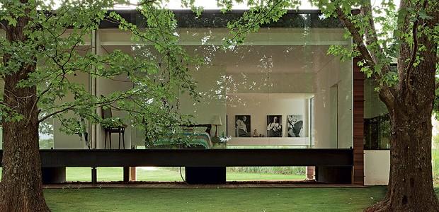 A casa do arquiteto Marco Peres fica inserida em um bosque. Por isso, ele pode abusar de painéis de vidro nas laterais, que permitem a entrada da luz, filtrada pelas folhas das árvores. A transparência promove a interação do interior com o exterior (Foto: Edu Castello / Casa e Jardim)