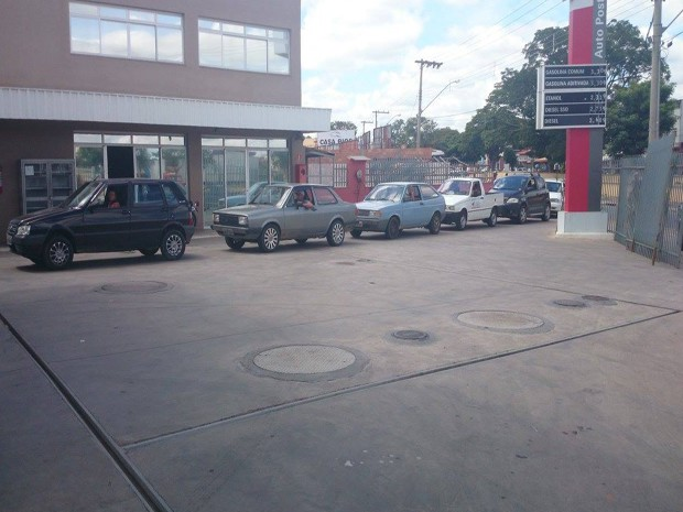 Filas se formaram nos postos de combustíveis em Oliveira (Foto: Anna Lúcia Silva/G1)