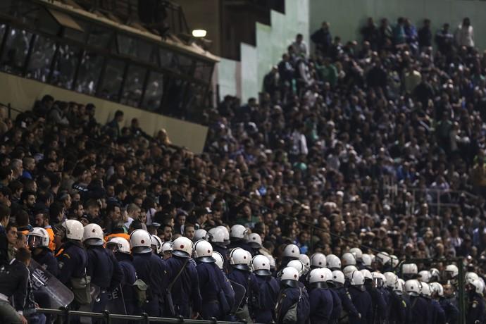 Tropa de policiais em frente torcida Panathinaikos (Foto: AP Photo/Yorgos Karahalis)