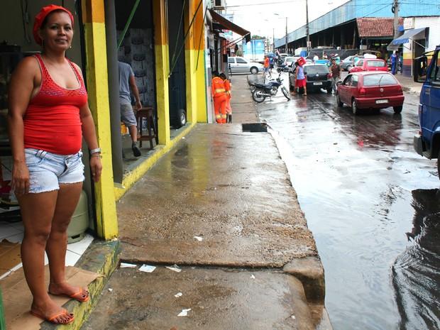 Isis Bahia, cozinheira de um restaurante situado na Rua dos Barés fala do cntrsngimento causado pelo forte odor (Foto: Luis Henrique Oliveira/G1 AM)