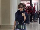 Grávida, Deborah Secco usa vestido soltinho para embarcar no Rio