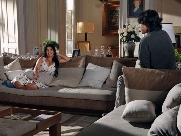 Gracinha sugere que Pedro se passe por seu namorado (Foto: Amor Eterno Amor/ TV Globo)